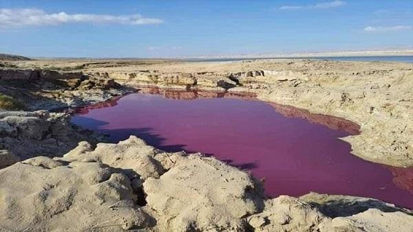 ظاهرة غريبة .. مياه حمراء بمنطقة البحر الميت كأنها دماء