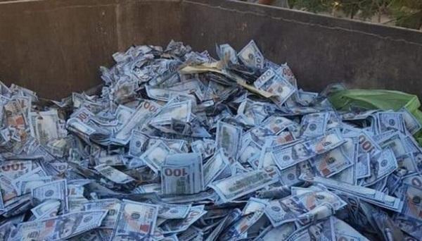 شاهد ألآف الدولارات مرمية بصناديق القمامة في لبنان (فيديو)