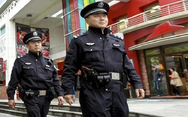 مواطن صيني يتوسل الشرطة أن تحتجزه والسبب ابنته