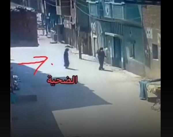 مصر .. شاهد لحظة إستدراج امرأة مسنة في الشارع وقتلها (فيديو)