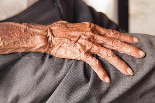 مسن مصري يطعم زوجته لأيام وهي قد فارقت الحياة