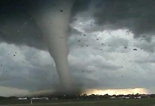 """إعصار """"نورا"""" يزداد قوة ويقترب من سواحل المكسيك وأمريكا"""